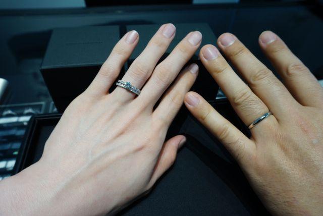 左のエタニティリングと合わせたシンプルな指輪にしました。