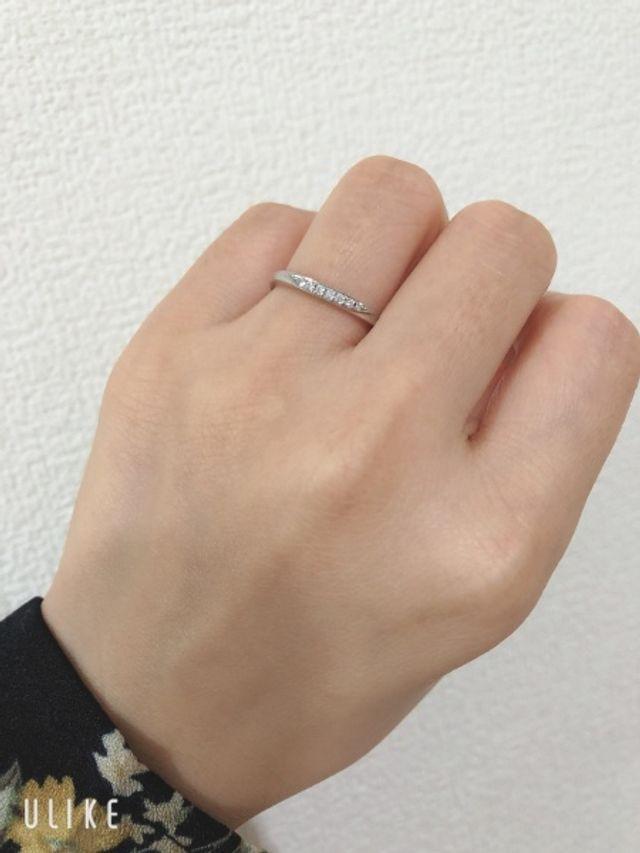 細身のデザインで婚約指輪とも合わせやすいデザイン
