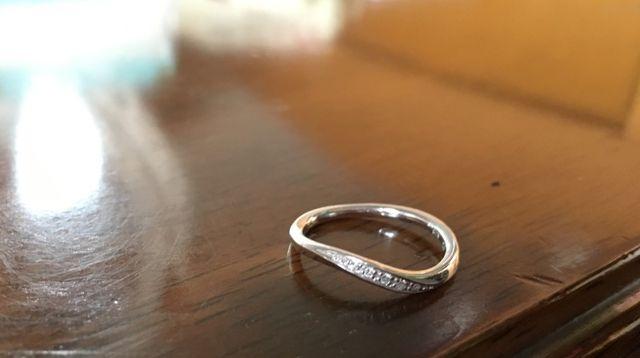 綺麗な波打ちの婚約指輪