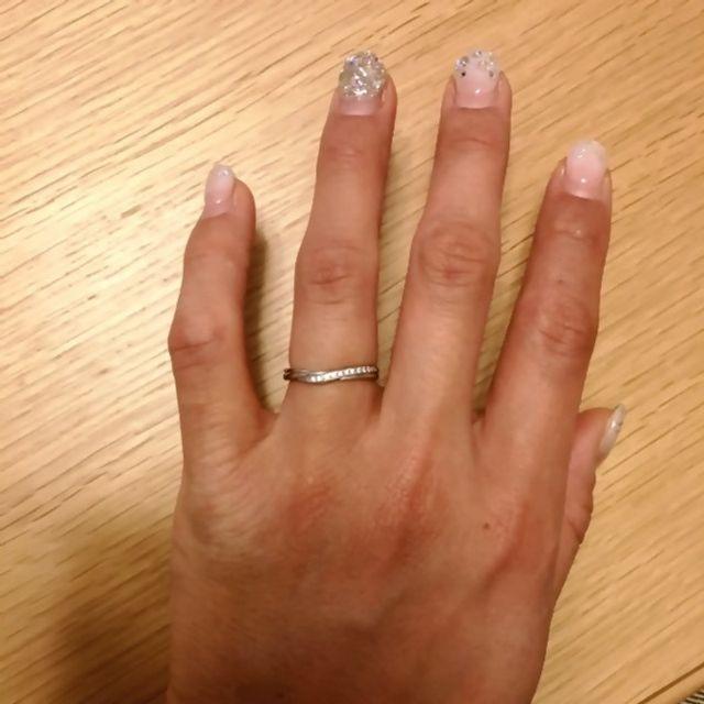 指が長く見えるようなデザインで結果的に満足です。