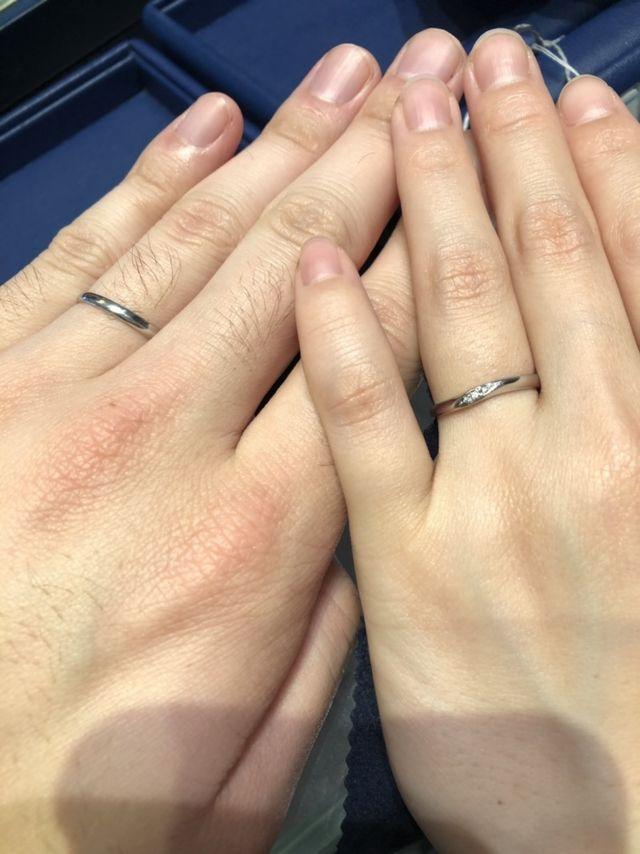 斜めにダイヤが入っているデザインで、指がきれいに見えます。