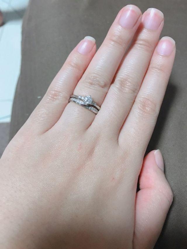 婚約指輪のダイヤモンドを引き立てるステキな結婚指輪です。