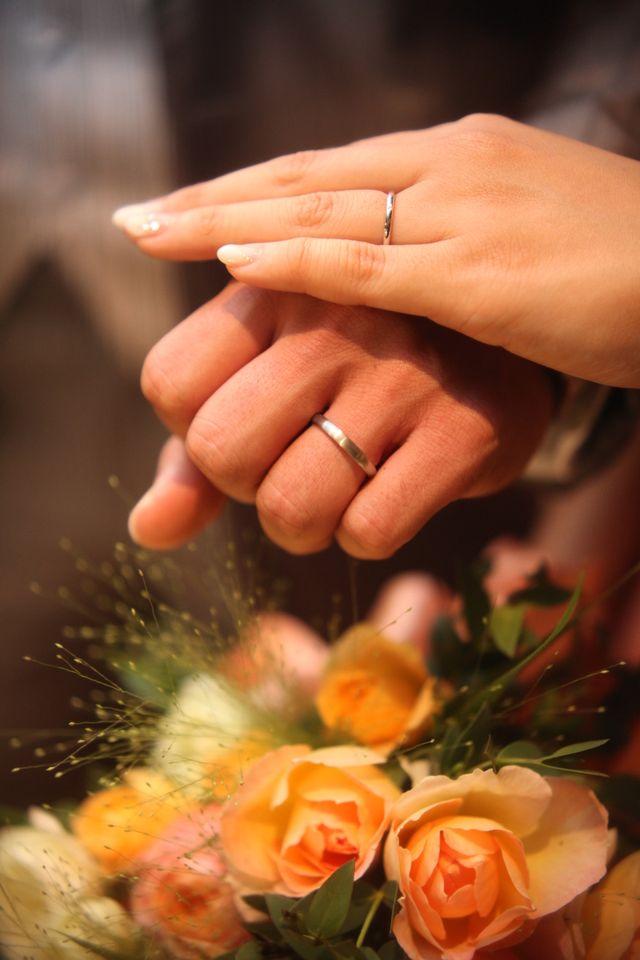 新婦の結婚指輪には小さなダイヤが一粒入ったデザインです。