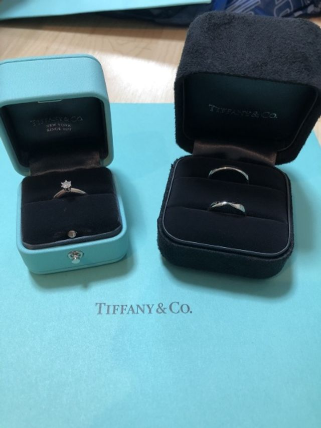 婚約指輪と結婚指輪を並べてパシャリ✨