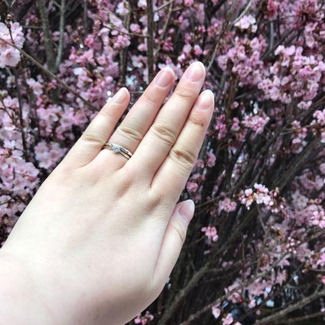 ダイヤモンドが四つ爪留めです。よく輝きます。