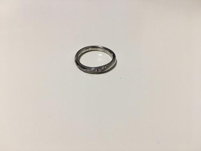 ダイヤモンドのキラキラ輝くシンプルな指輪です