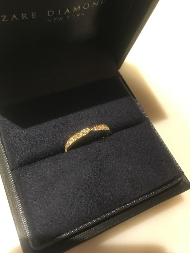 サイドにダイヤモンドが並んだYGのマリッジリング。