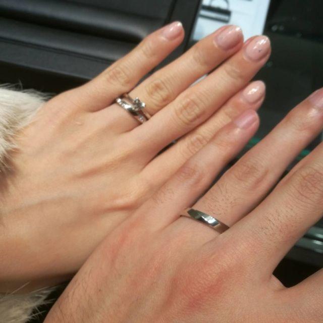 婚約指輪と合うデザインで、派手になりすぎないものを選びました