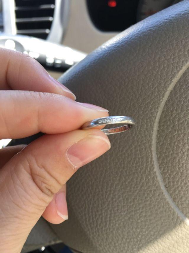 正面にダイヤが5つ、内側にメッセージを入れました