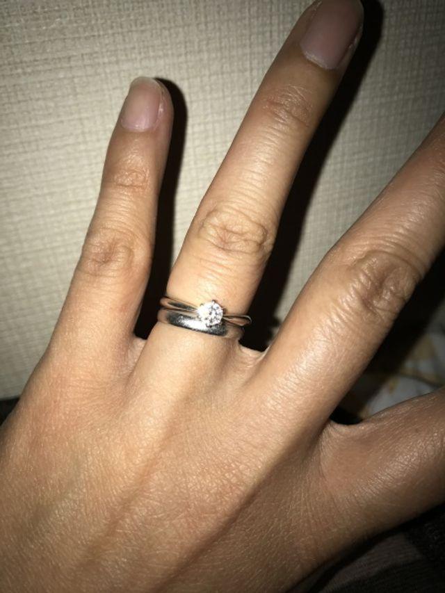 婚約指輪と重ね付けするため、シンプルな指輪にしました。