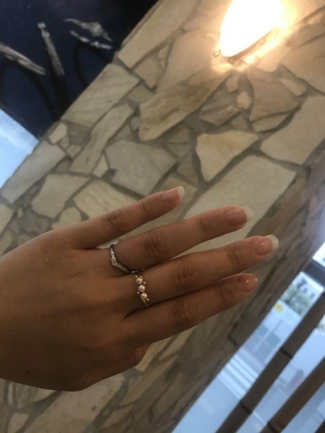 左手の薬指につけているのが今回の指輪です。