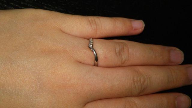 指にはめた状態です!指が細く見えます!