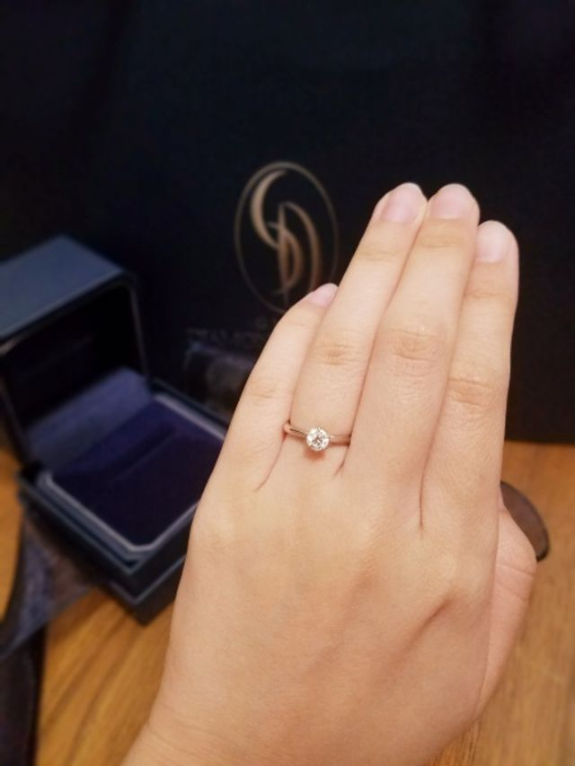 リングはダイヤモンドの横が少しくびれていて綺麗です!