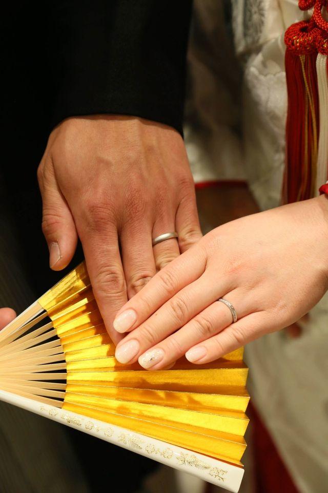 神前式の指輪交換後。紋付き袴と白無垢との相性も最高!