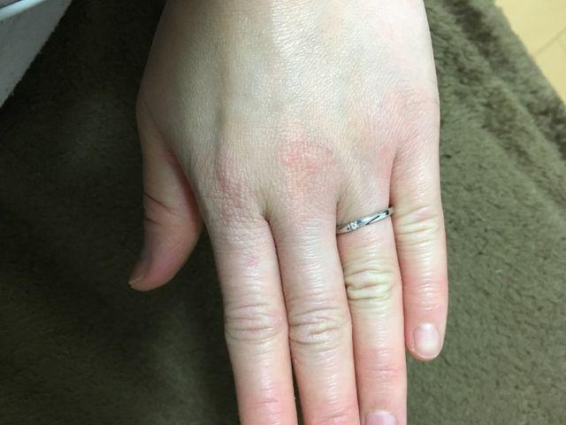 指が短く太めなので指輪はシンプルで細めのタイプを選びました。