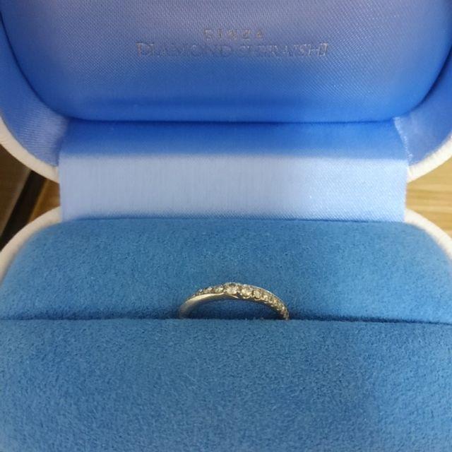 ゴージャスな指輪。大きめのダイヤが真ん中にきています。