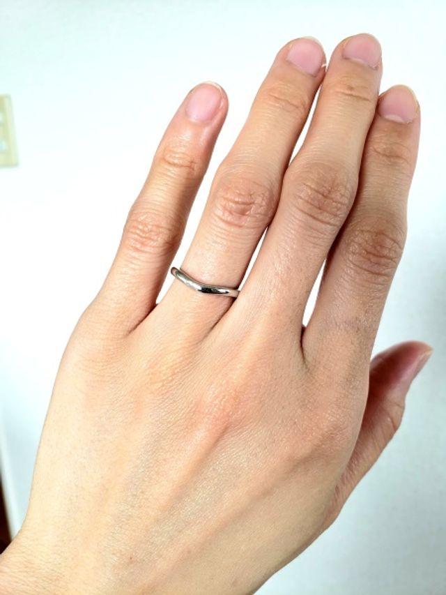 華奢なV字のデザインで、シンプルなタイプの指輪です。