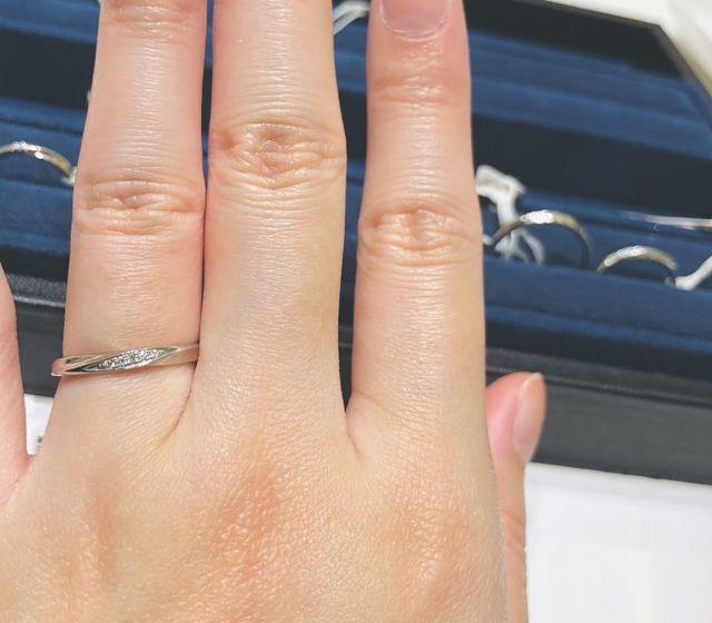 ダイヤモンドが斜めに埋め込まれ綺麗なデザインです。