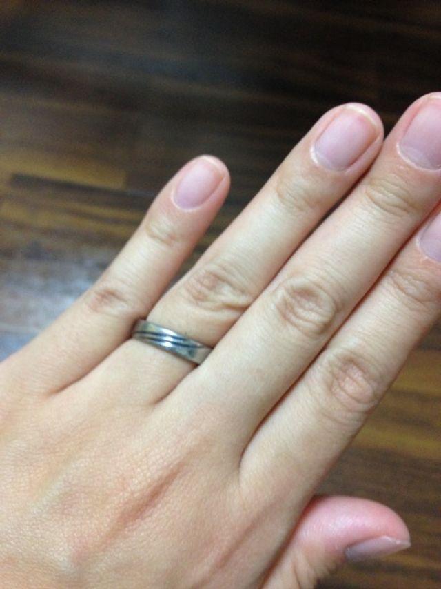 チタンの結婚指輪です。青いラインが入っています。
