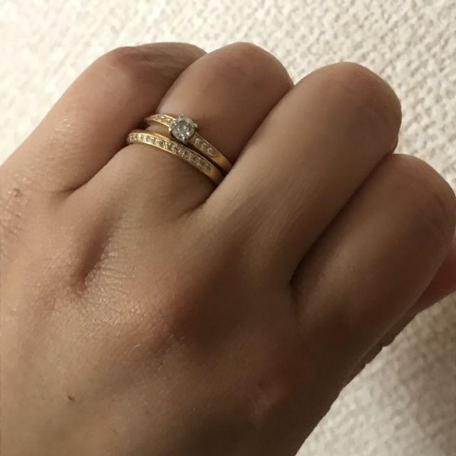 婚約指輪と結婚指輪を重ね付けしています。