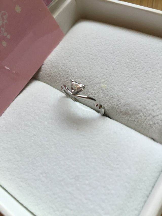 中央にハート型のダイヤモンド。