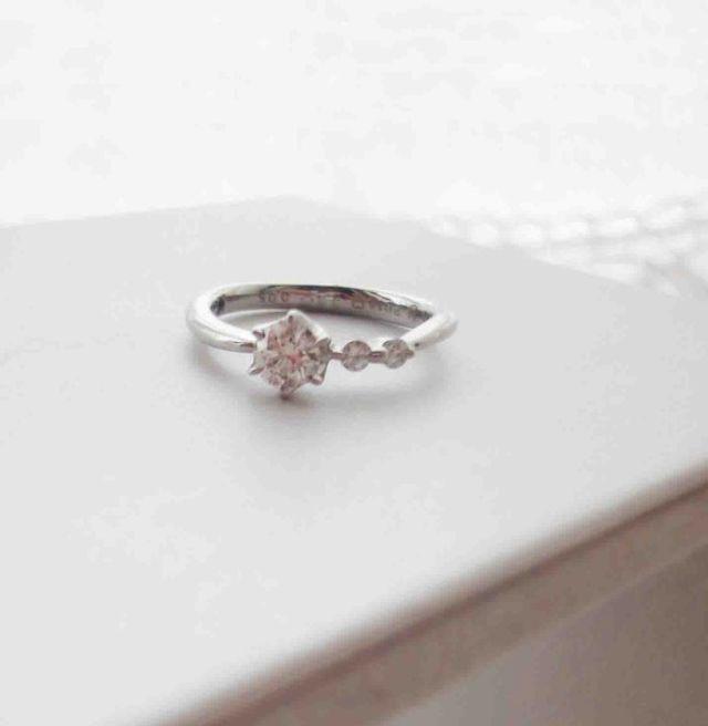 トップはリングのシルエットが細くなっていて指が 綺麗に見えた