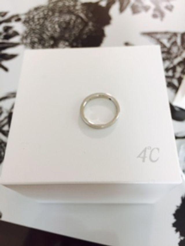 指輪の内にブルーダイヤ