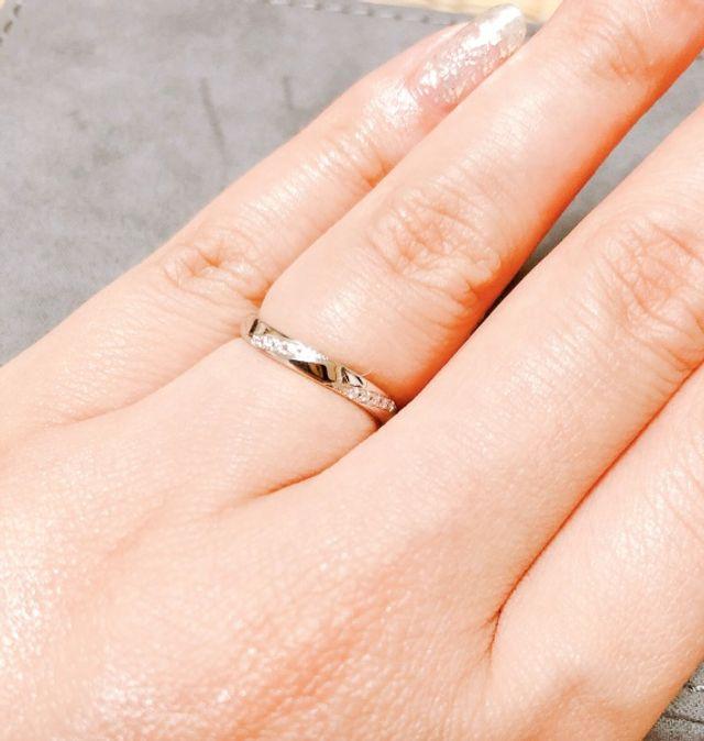 指輪が少しカーブが付いていてダイヤのラインが2連になっている