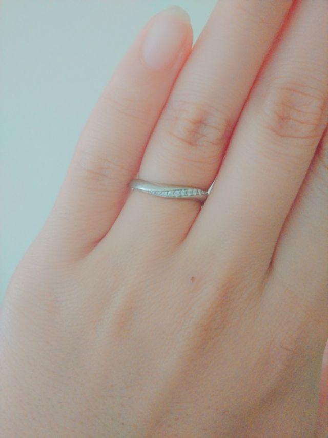 指が綺麗に見えるウェーブになってるデザインです。