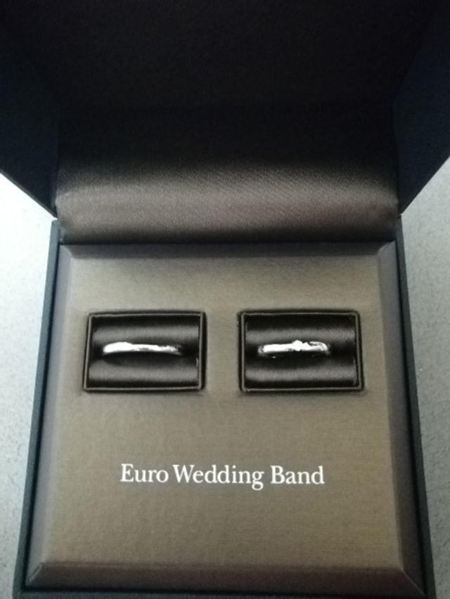 シンプルなデザインで永く付けていられそうな指輪です。