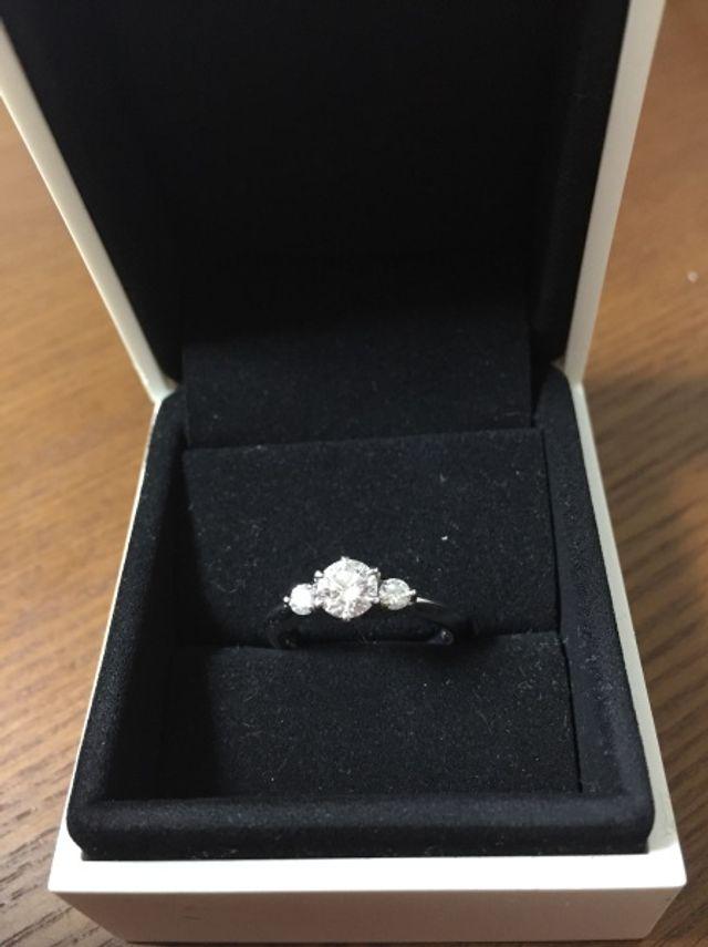 大きなダイヤモンドの脇に二つダイヤがはいります
