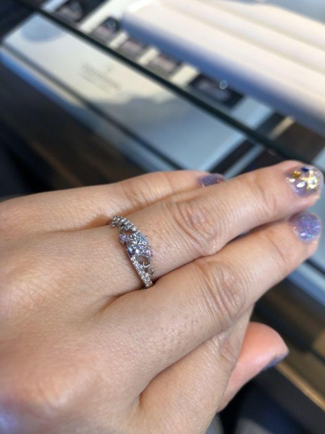 センターのダイヤモンドと周りにピンクダイヤが入ったデザイン