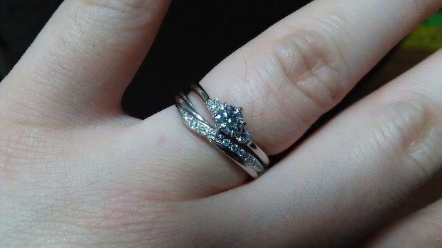 婚約指輪とセットで着けるとこんな感じになりました。
