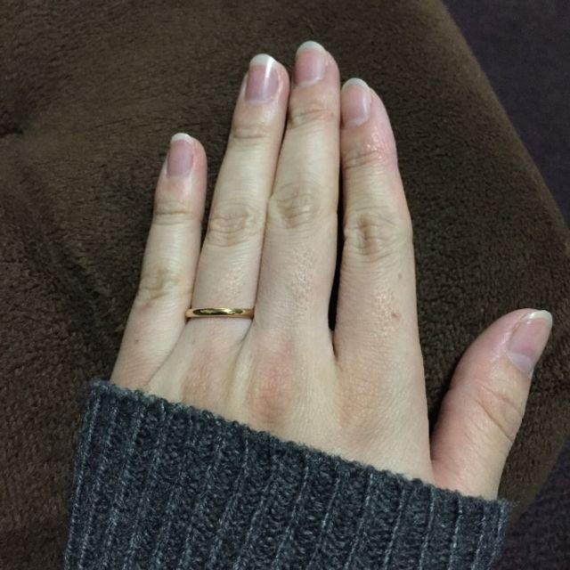 色白の細い指にゴールドシンプル