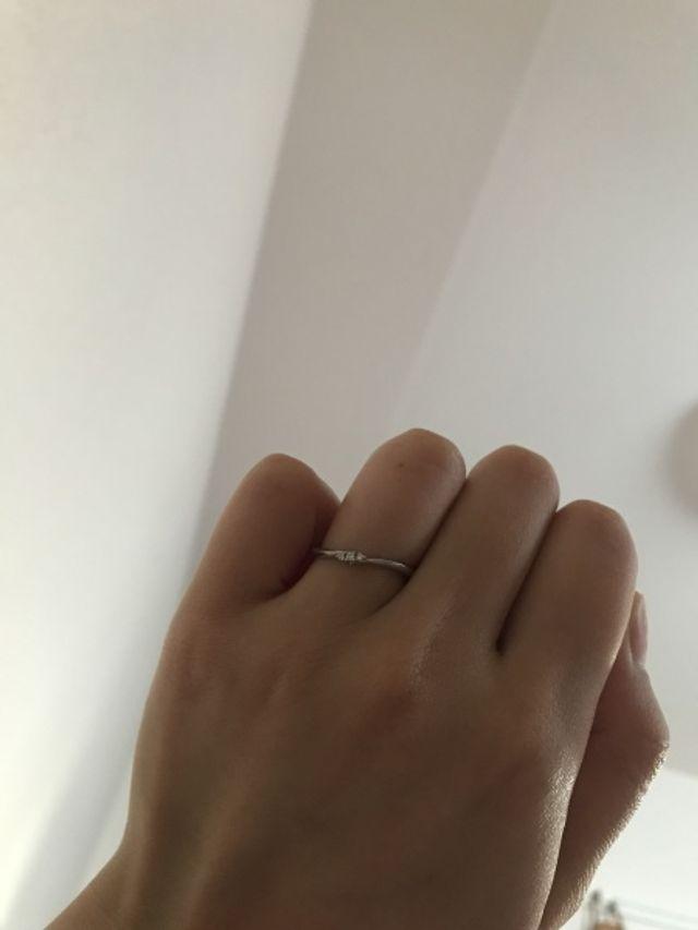 華奢で細みのリングなので指が細くキレイに見えます。