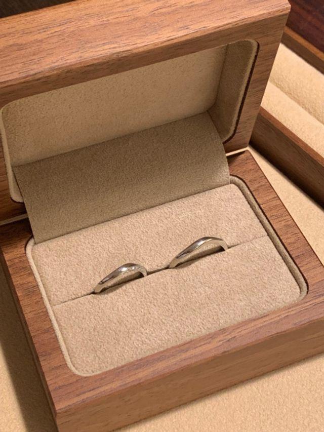 結婚指輪です。男性用のデザインを細目にしていただきました。