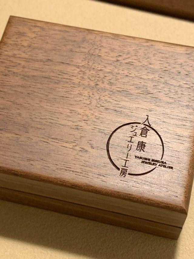 ケースは木製で、デザインも素敵です。