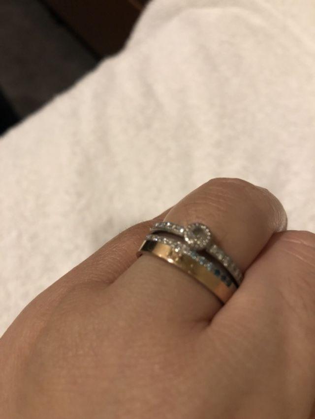 婚約指輪と結婚指輪を合うように結婚指輪といつも重ね付けです