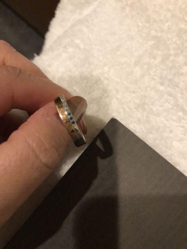 結婚指輪は透明薄いブルー少し濃いブルー全てダイヤで作成