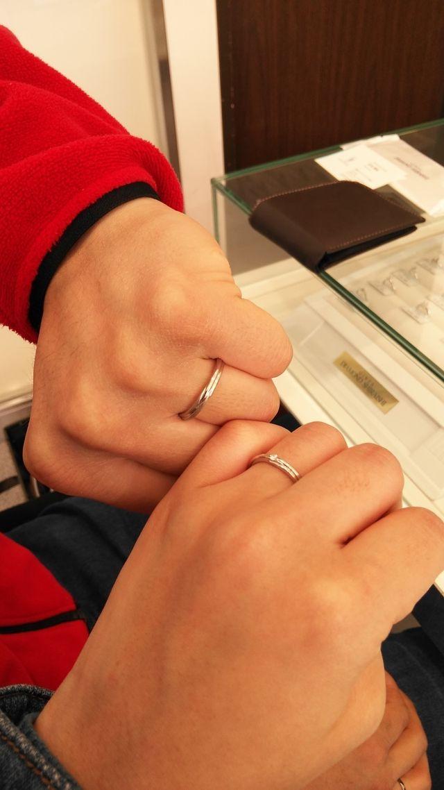 手を繋いだようなリングのデザインが気に入り、購入に至りました