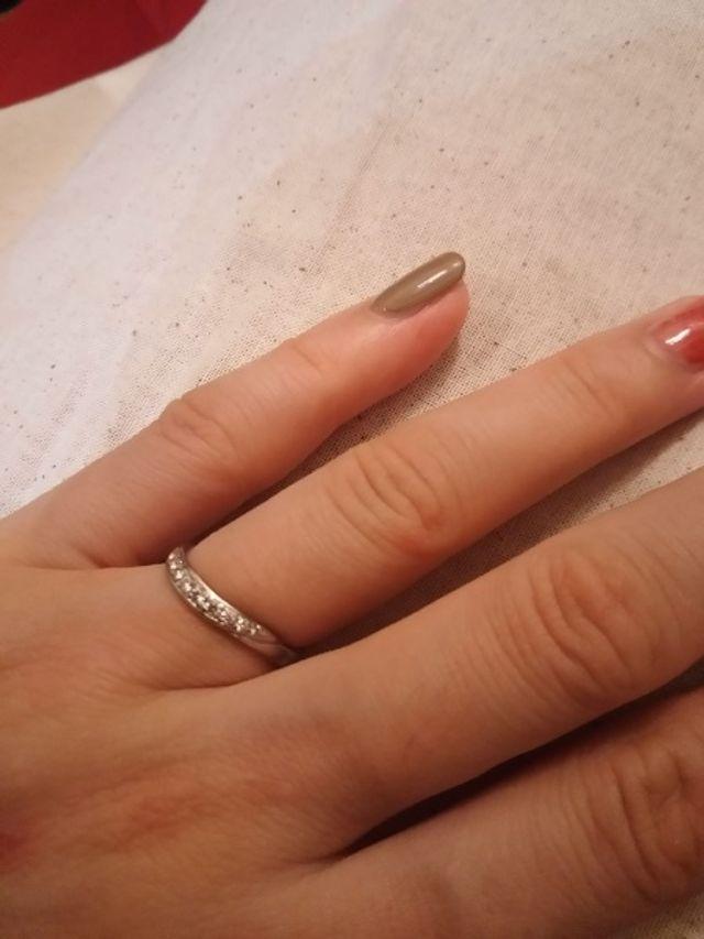 小さいダイヤが線で散りばめられているのでキラキラ輝きます!