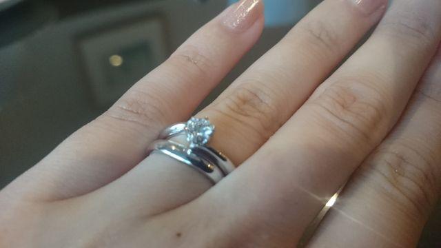 入籍指輪と婚約指輪を重ね付け。ダイヤは0.3ctです。