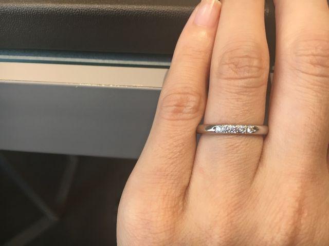ストレートのプラチナにメレダイヤが5つ並んでいる