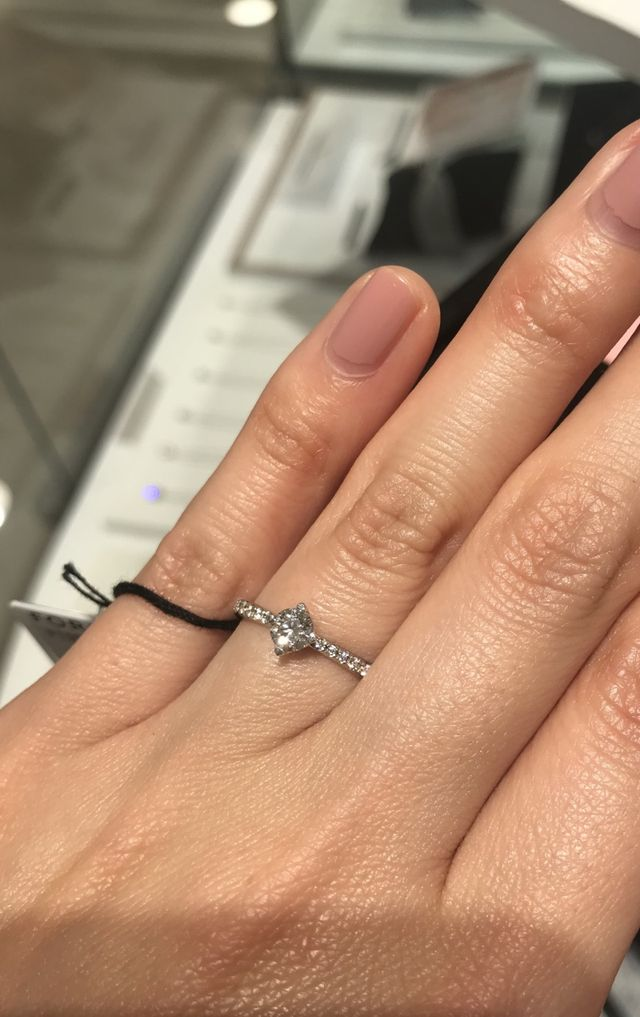 指輪の周囲にダイヤが付いているのがポイントです。