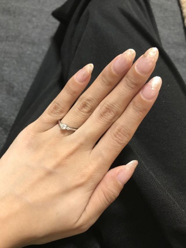 婚約指輪着用時の写真です。