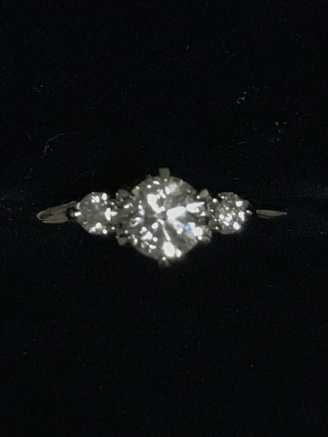 婚約指輪のアップの写真