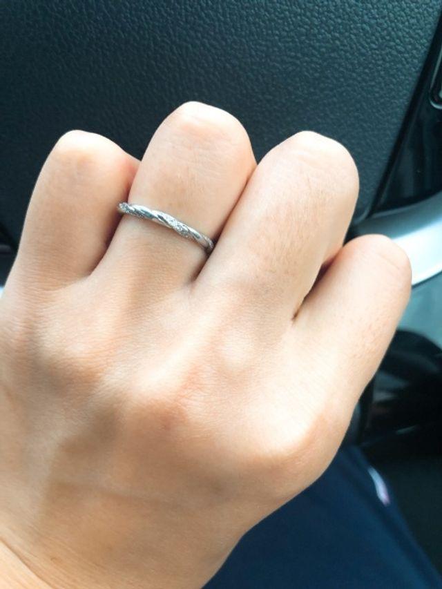 細かく入っているダイアモンドが清楚に光ります。