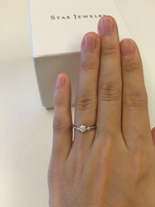 中央のダイヤの両脇に小さめダイヤがついているV字タイプです。