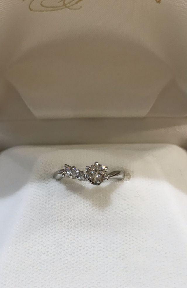 中央にメインのダイヤ、左側にも3つダイヤが並んでいる。