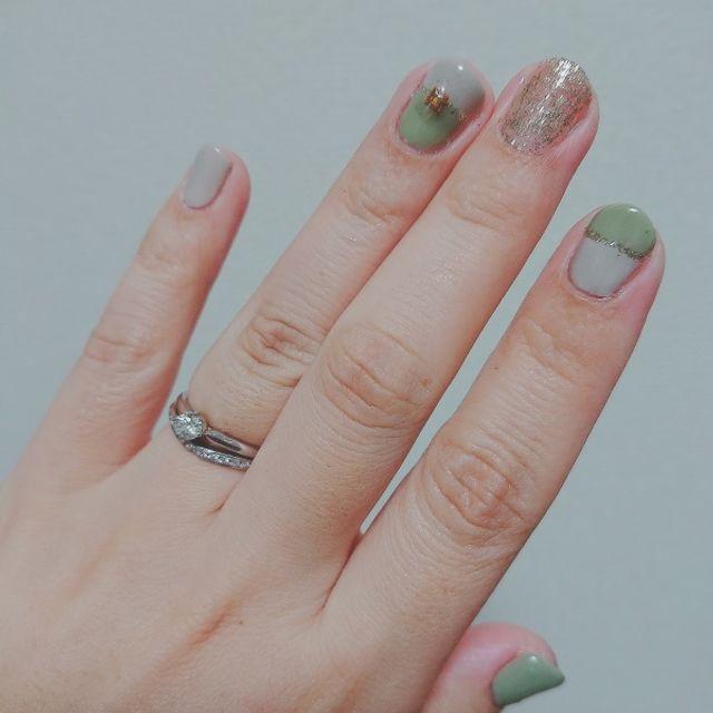 セットリング。結婚指輪がダイヤの存在感を引き立ててくれる。